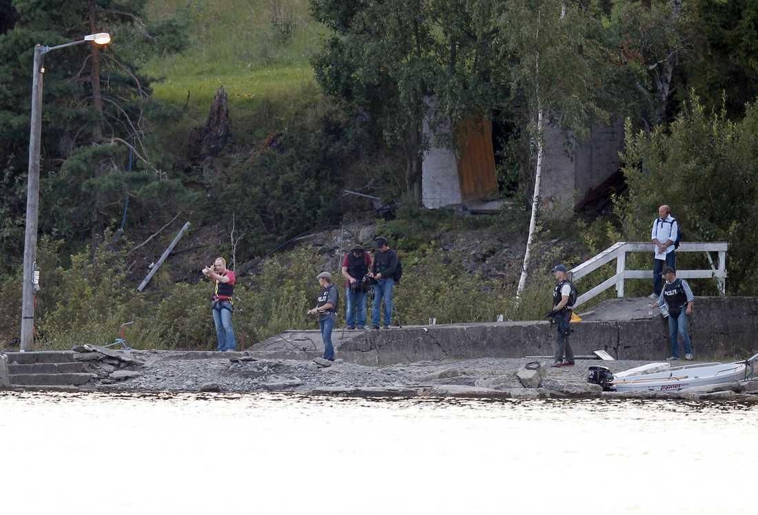 20.15 Breivik är tillbaka vid hamnen på Utøya. Han formar händerna som ett automatvapen och visar hur han sköt mot hjälplösa ungdomar som försökte simma ifrån terrorn på ön. I hela åtta timmar har vallningen på Utøya pågått.