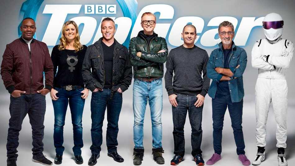 """Top Gears uppställning, där Chris Evans (i glasögon t.v.) nu hoppat av. Från vänster: Rory Reid, Sabine Schmitz, Matt LeBlanc, Chris Evans, Chris Harris, Eddie Jordan och """"The Stig""""."""