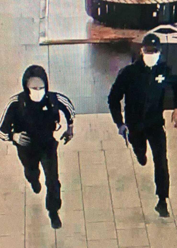 Bilder från övervakningskamerorna i gallerian visar rånarna.