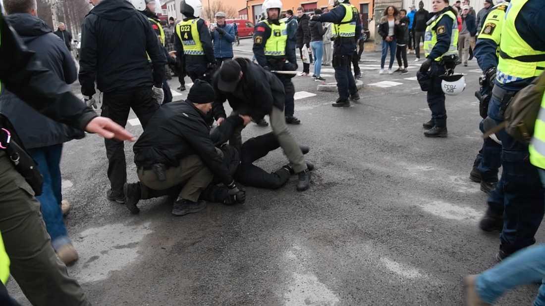 Civilklädd polis omhändertar en person i Boden.
