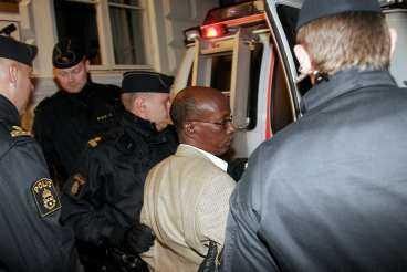 RISKERAR LIVSTIDS FÄNGELSE Sent i natt greps Abdi Qeybdiid av svensk polis på order av internationella åklagarkammaren i Göteborg. Den misstänkte massmördaren var på besök i Sverige för att medverka på en föreläsning finansierad av statliga Sida. Om han döms riskerar han livstids fängelse. Enligt somalier bosatta i Sverige ledde Abdi Qeybdiid mördarmilisen under inbördeskriget.