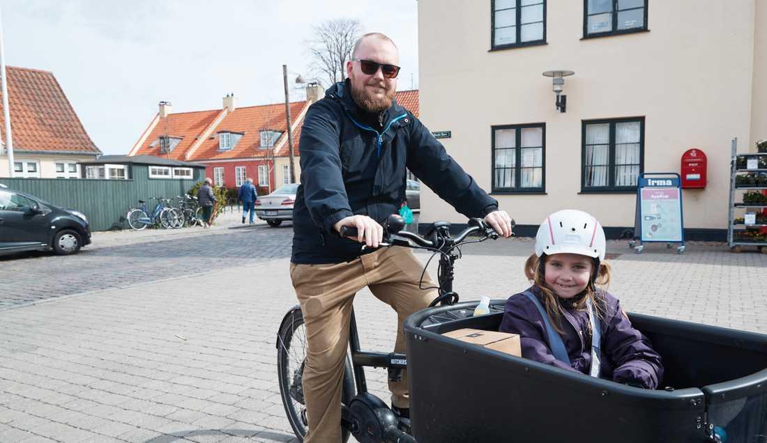Alexander Norsk med dottern Alma. I veckan får Alma komma tillbaka till skolan igen och Alexander som är fritidspedagog kan återvända till jobbet efter en månad hemma tillsammans.