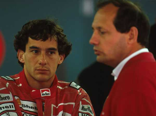 Ayrton Senna i samtalar med Ron Denis.