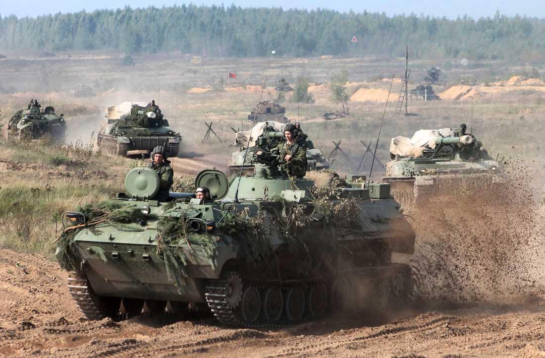 Vitryska bepansrade militärfordon rycker fram under förberedelser inför Zapad 2017.