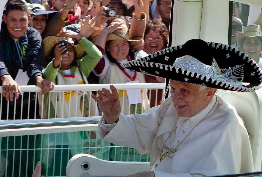 Påven i ännu en sombrero under ett besök i Mexiko.