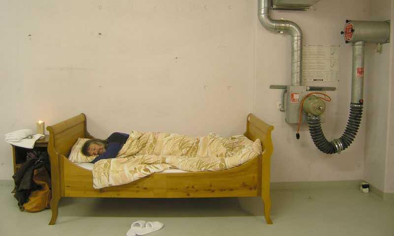 Sängarna, som är mer eller mindre bekväma, lottas ut bland kvällens gäster på Null Stern hotel.