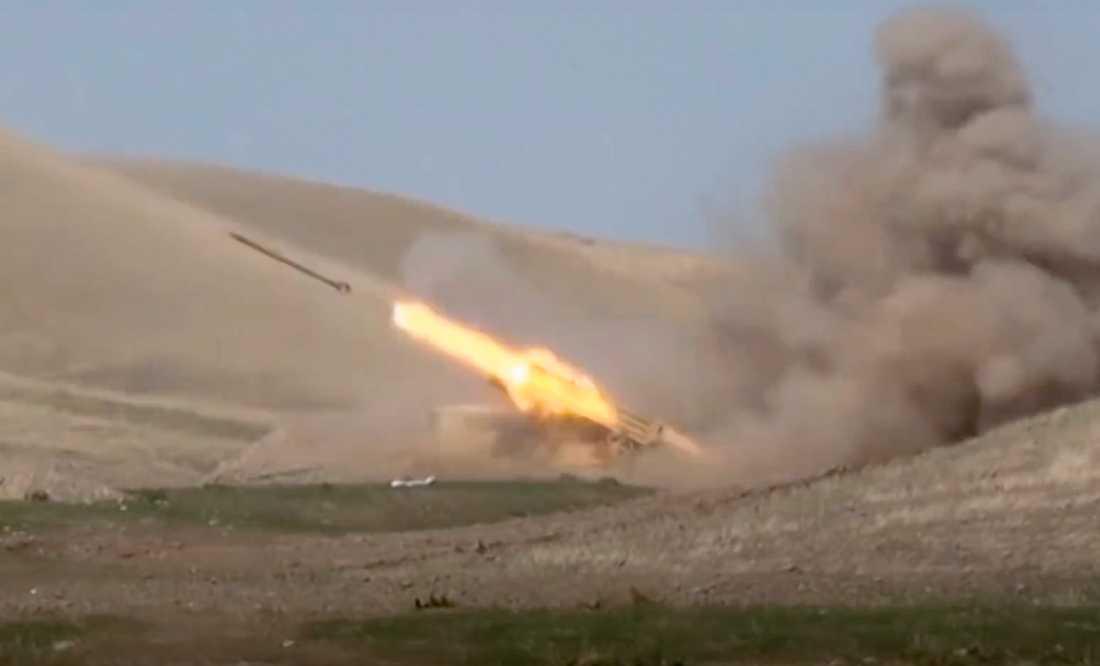 Azeriska styrkor avfyrar en raket i samband med strider mot separatister i utbrytarregionen Nagorno-Karabach. Bilden kommer från det azeriska försvarsdepartementet.