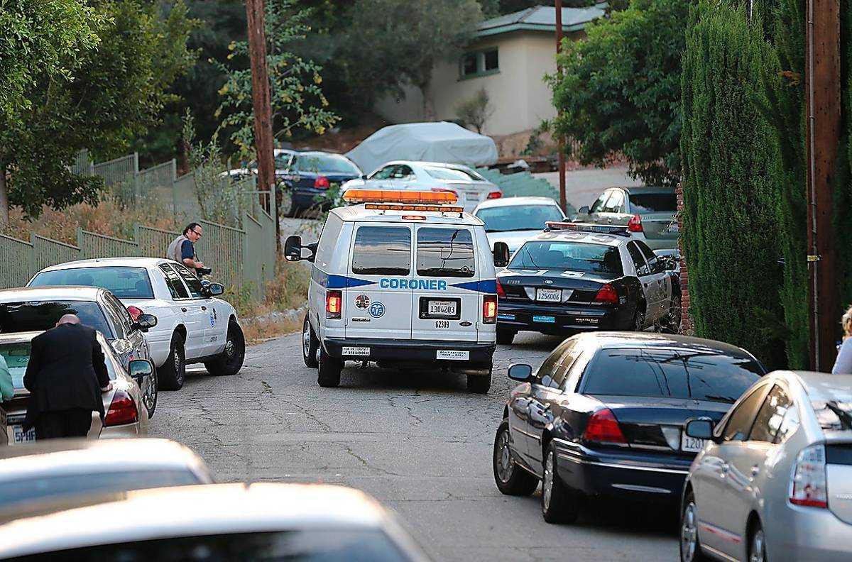 Polisen på plats utanför Sage Stallones hem. oto: