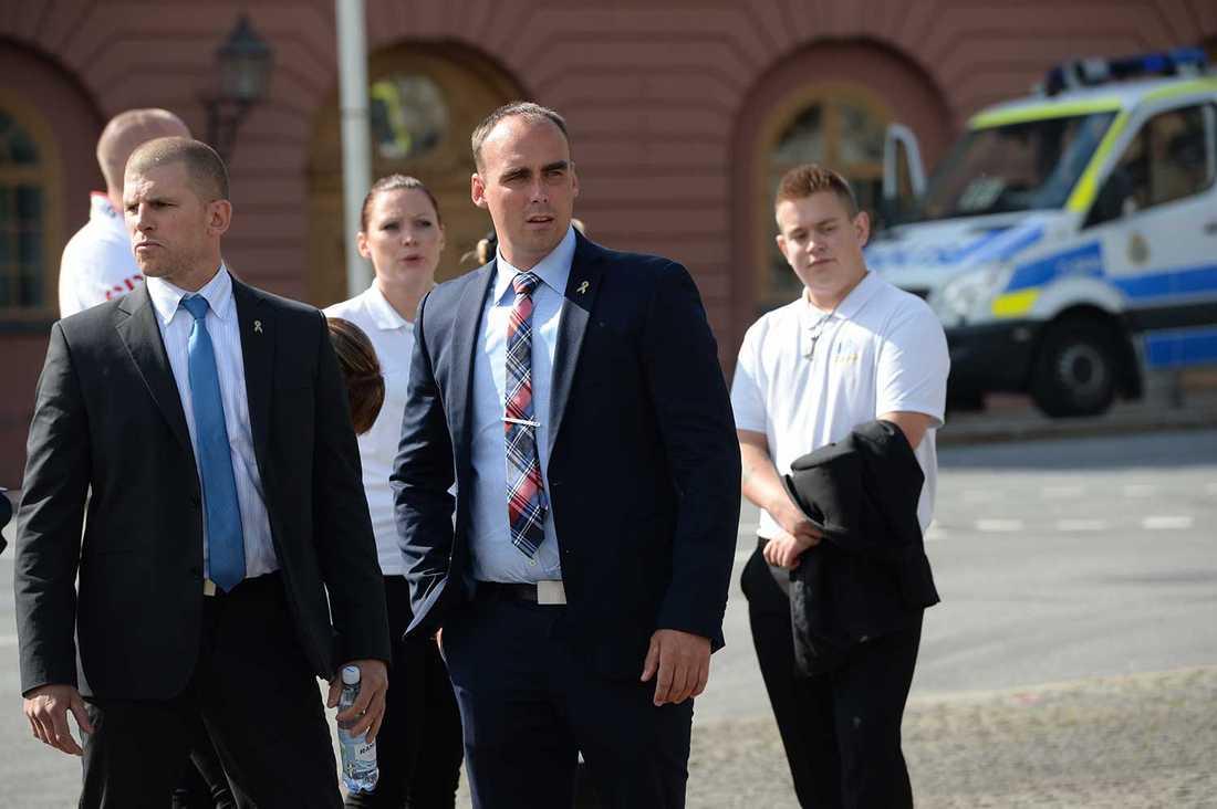 Stefan Jacobsson, partiledare för Svenskarnas parti, på plats (i mitten).
