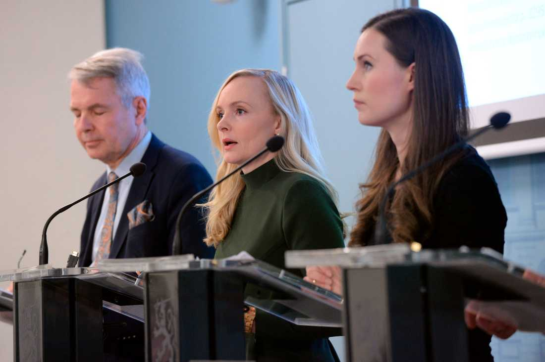 Finlands regering tillkännager nya åtgärder mot coronaviruset vid ännu en presskonferens. Från vänster: utrikesminister Pekka Haavisto, inrikesminister Maria Ohisalo och statsminister Sanna Marin.