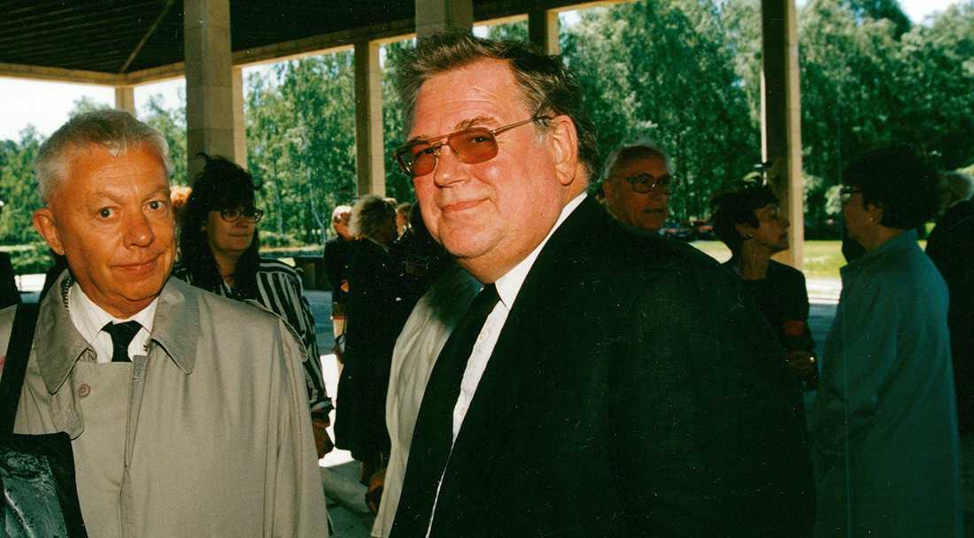 """Sigvard """"Sillen"""" Lindström """"Sillen"""" och författaren Peter Curman vid begravningen av författaren Axel Liffner 1994."""