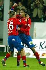 DERBYJUBEL Christian Järdler och Mikael Gustavsson jublar efter den senares 1 0-mål mot Landskrona.