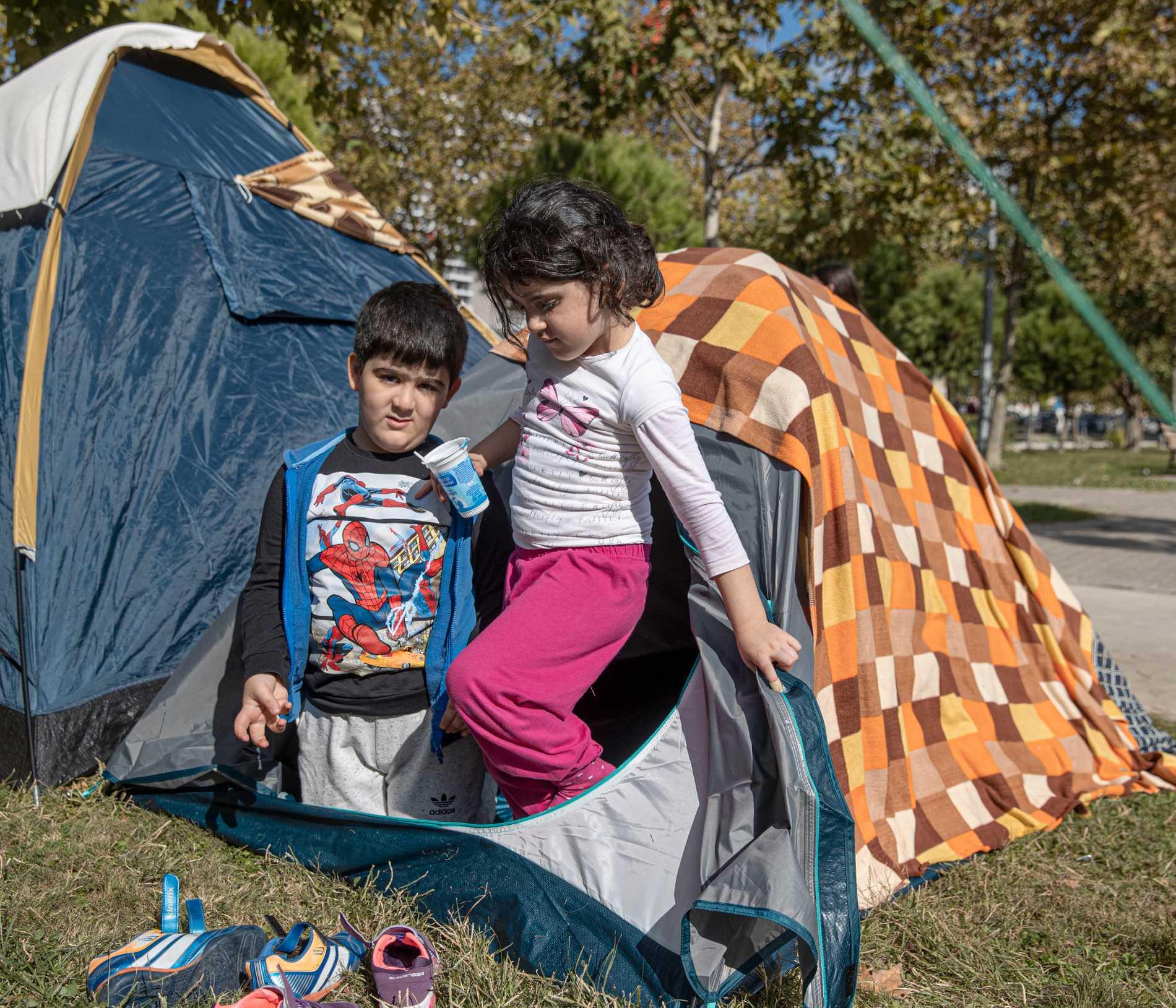 Elif och Tugra, båda 5 år gamla, märkte knappt när jätteskalvet hände.