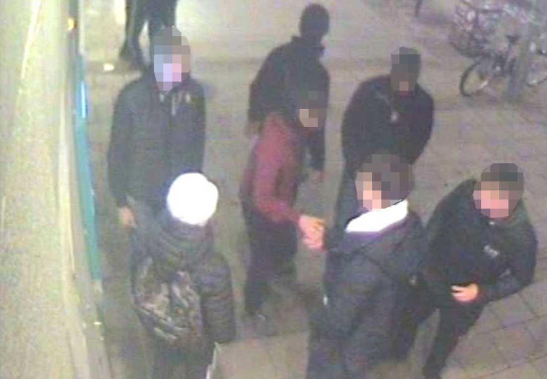 När ungdomarna tvingats tömma sina konton ville rånarna också skaka hand med dem.