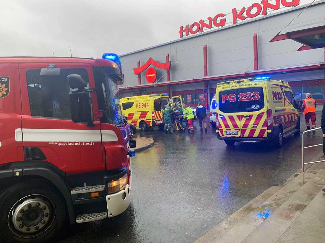 En person har dödats och flera personer har skadats i samband med ett våldsdåd på en yrkesskola i ett köpcentrum i Kuopio i Finland.