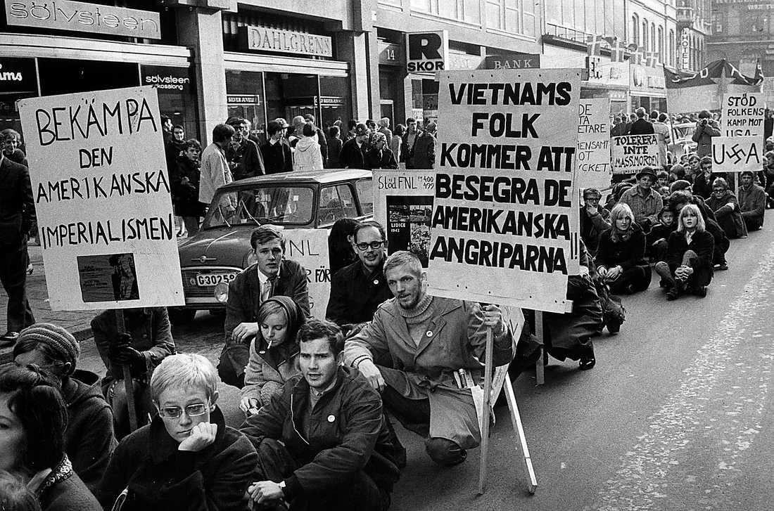 Håkan Arvidsson (tredje fr vänster) demonstrerar mot Vietnamkriget i Malmö 1967. Foto: Jan Dahlander/SDS