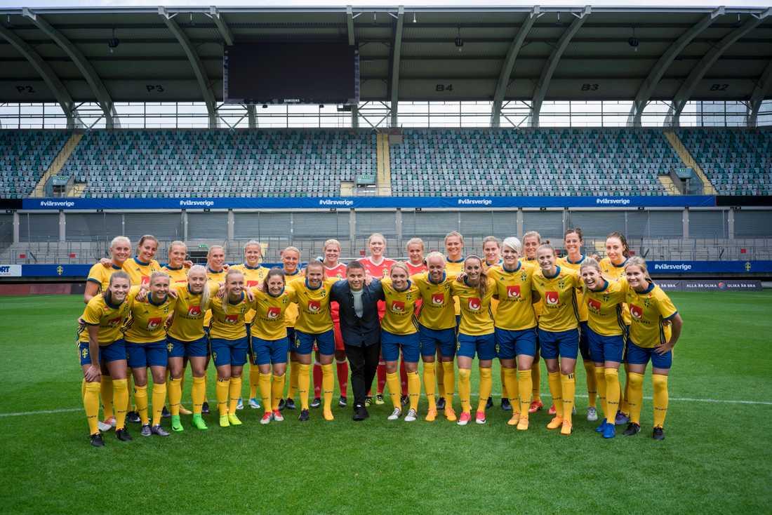 Albin Johnsén med svenska damlandslaget.