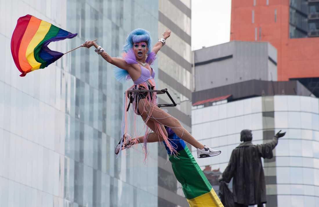 En högtflygande deltagare i Mexikos Pride-parad.