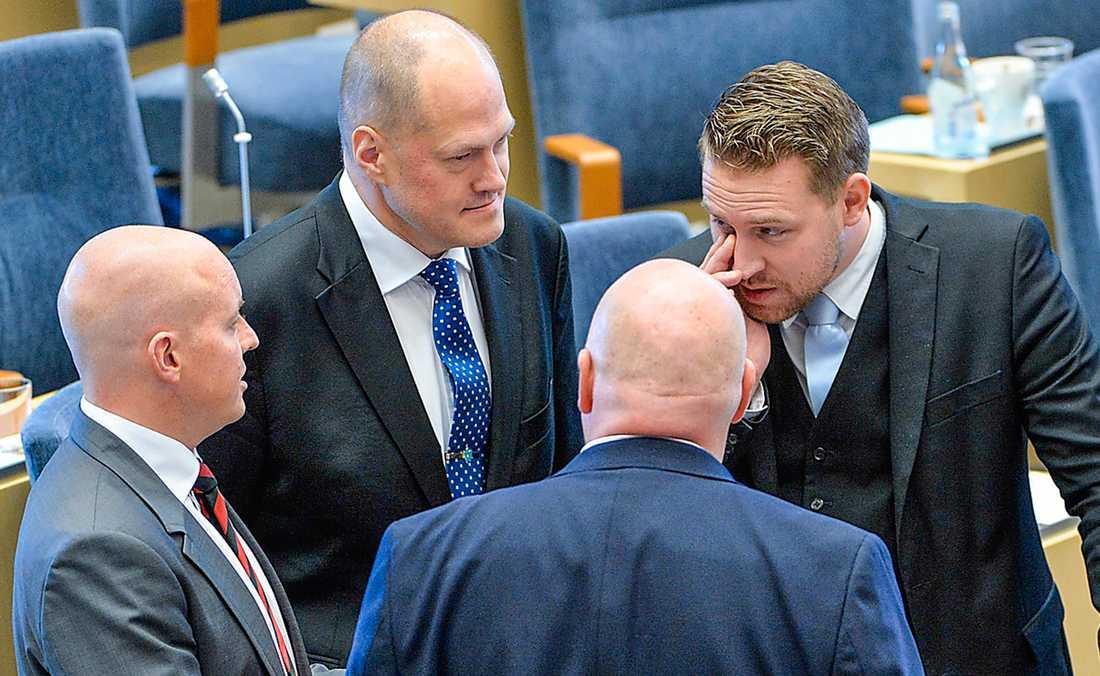 En del av SD:s riksdagsgrupp med partiledaren Mattias Karlsson och talmannen Björn Söder. Foto: TT