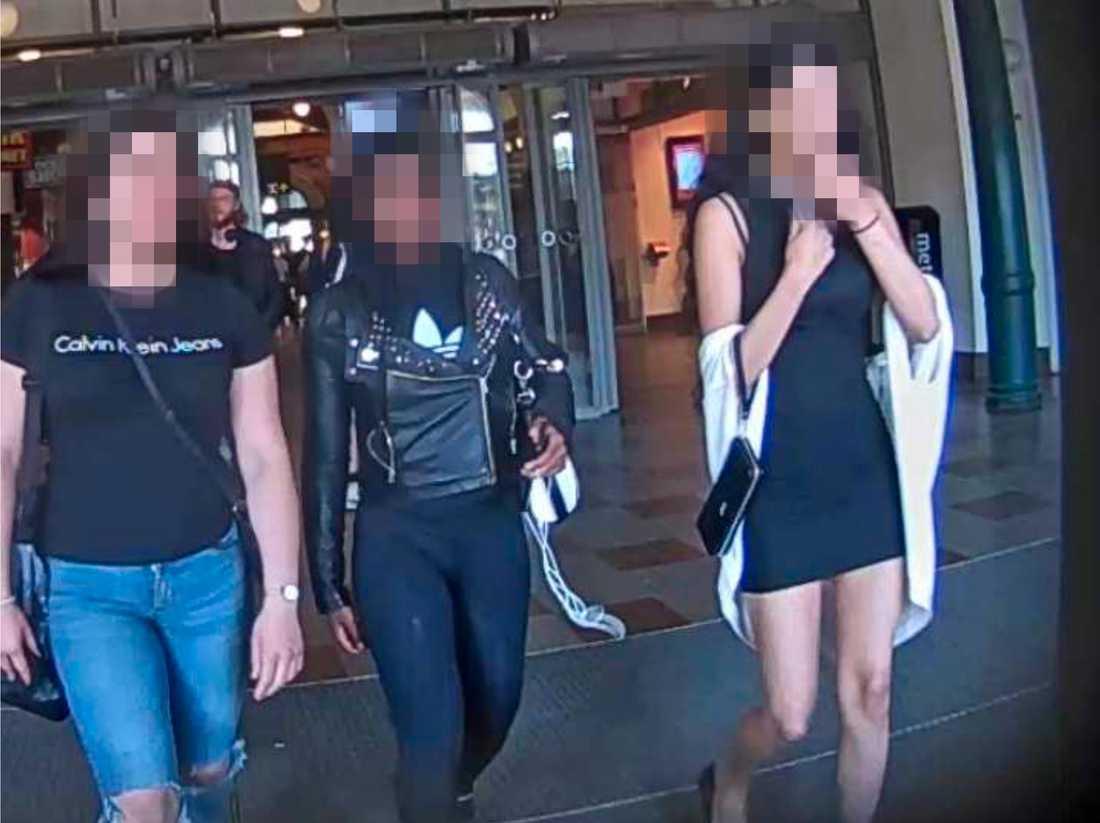 De tre åtalade tonårsflickorna möts på Göteborgs centralstation dagen för mordet.