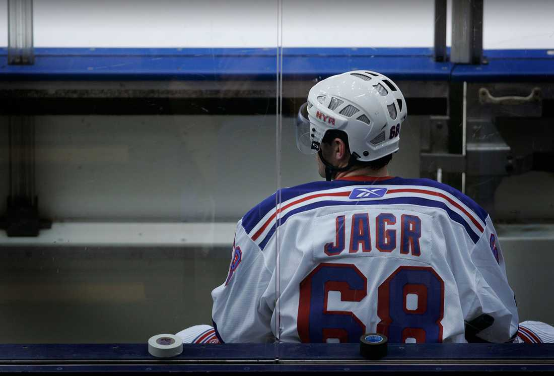 Jagr tillbringade lockoutsäsongen i tjeckiska HC Kladno och ryska Avangard Omsk innan han i september 2005 återvände till New York. Här i en träningsmatch mot lokalrivalen Islanders.