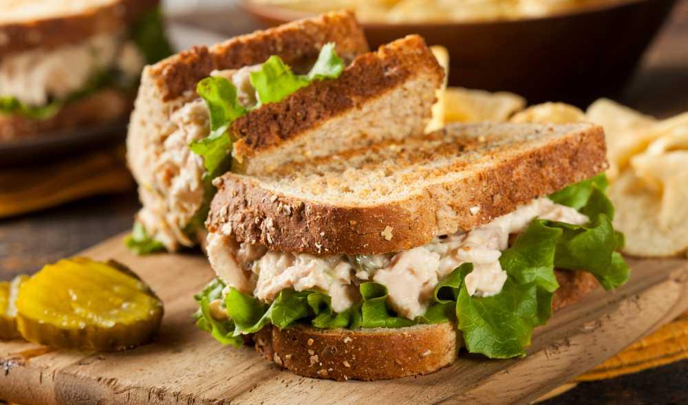 Smörgås med tonfiskröra.
