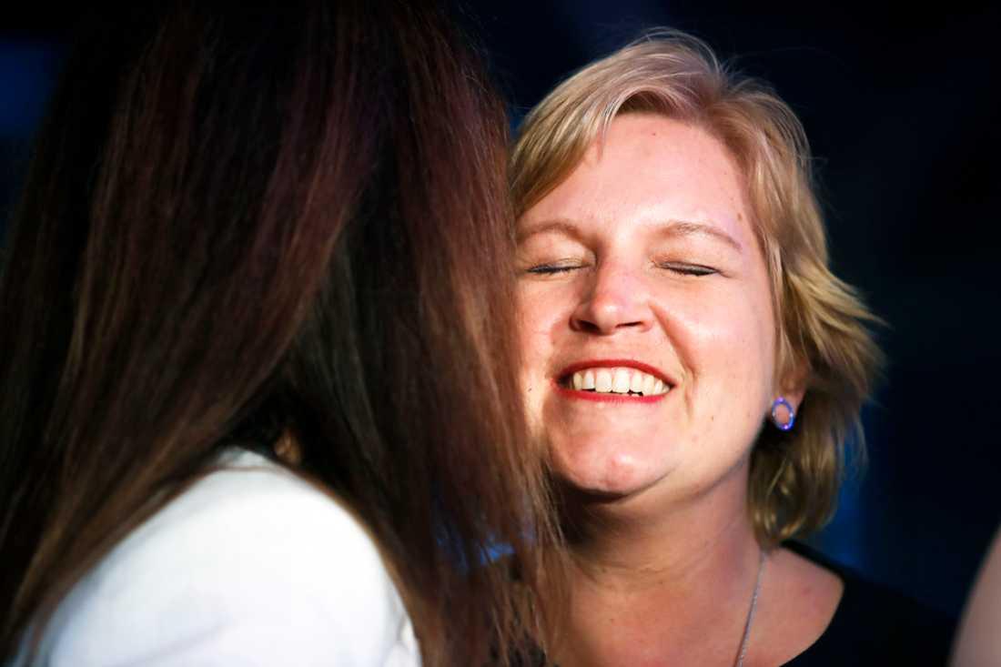 Liberalernas Karin Karlsbro får en stärkande kram.