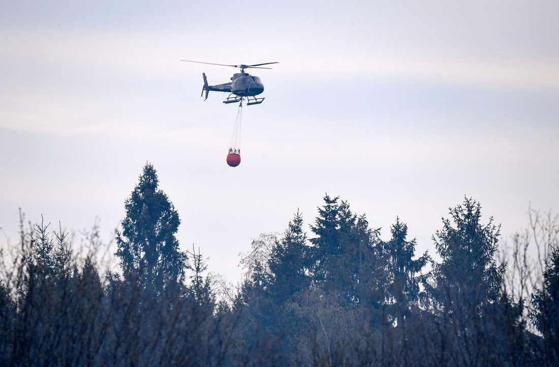 Skånska Hästveda i april i år: en helikopter vattenbombar den omfattande skogsbranden som drabbat orten. Arkivbild.