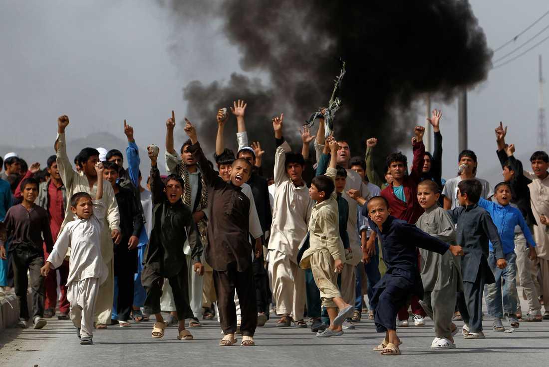 Unga demonstranter på gång.