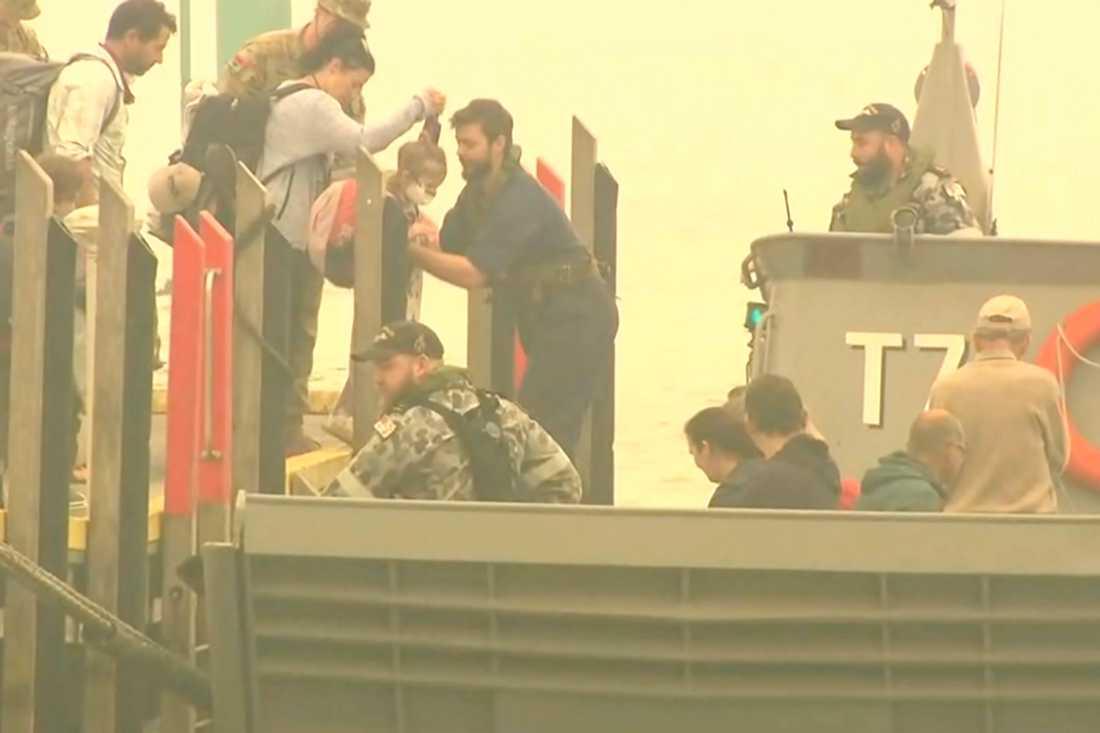 Människor evakueras från Mallacoota med marinens fartyg.