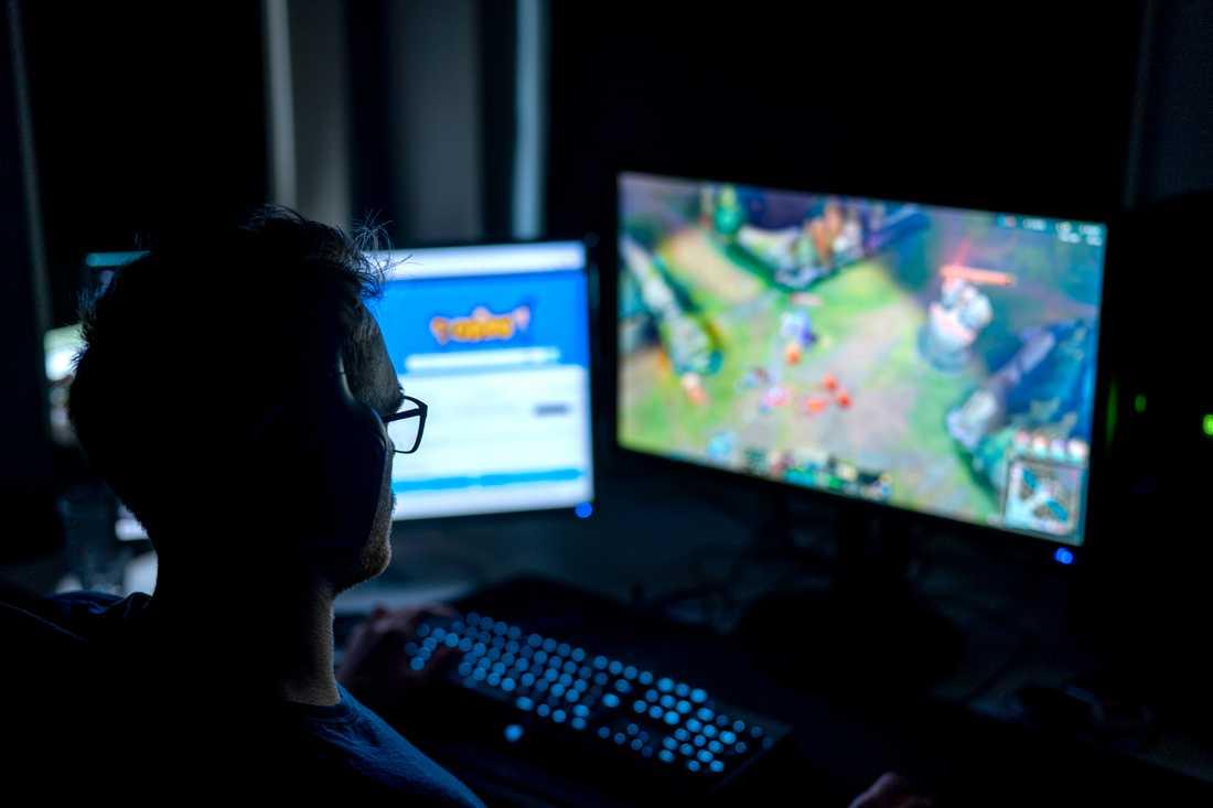 Datorspel ger nöje och gemenskap via nätet, men kan också locka till ett spelande som går ut över viktiga saker i livet.