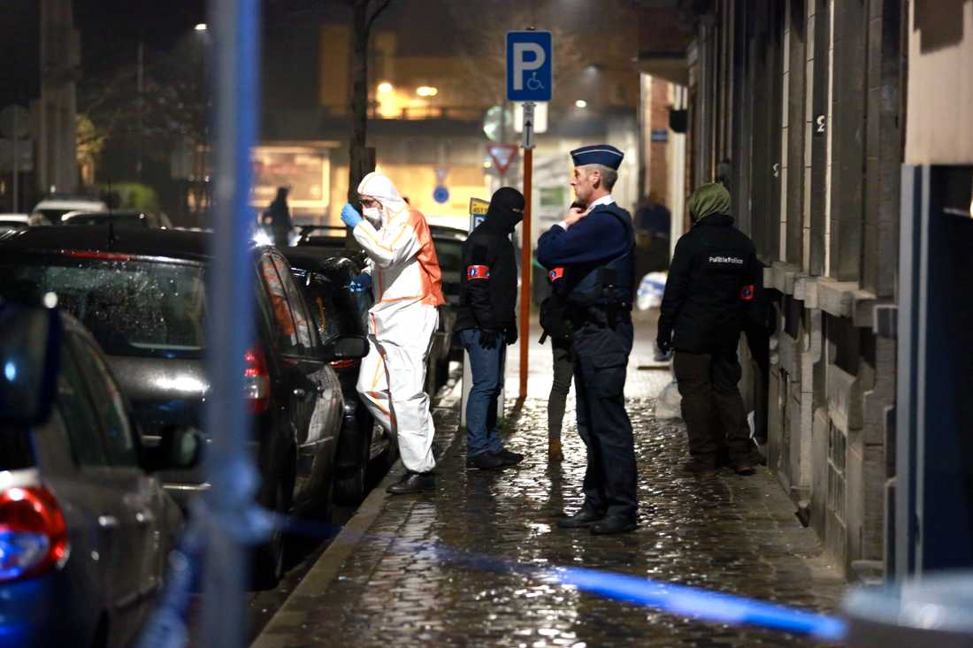 Flera personer greps på torsdagskvällen i Brysselförortern Schaerbeek. Polisens tekniker undersöker platsen.