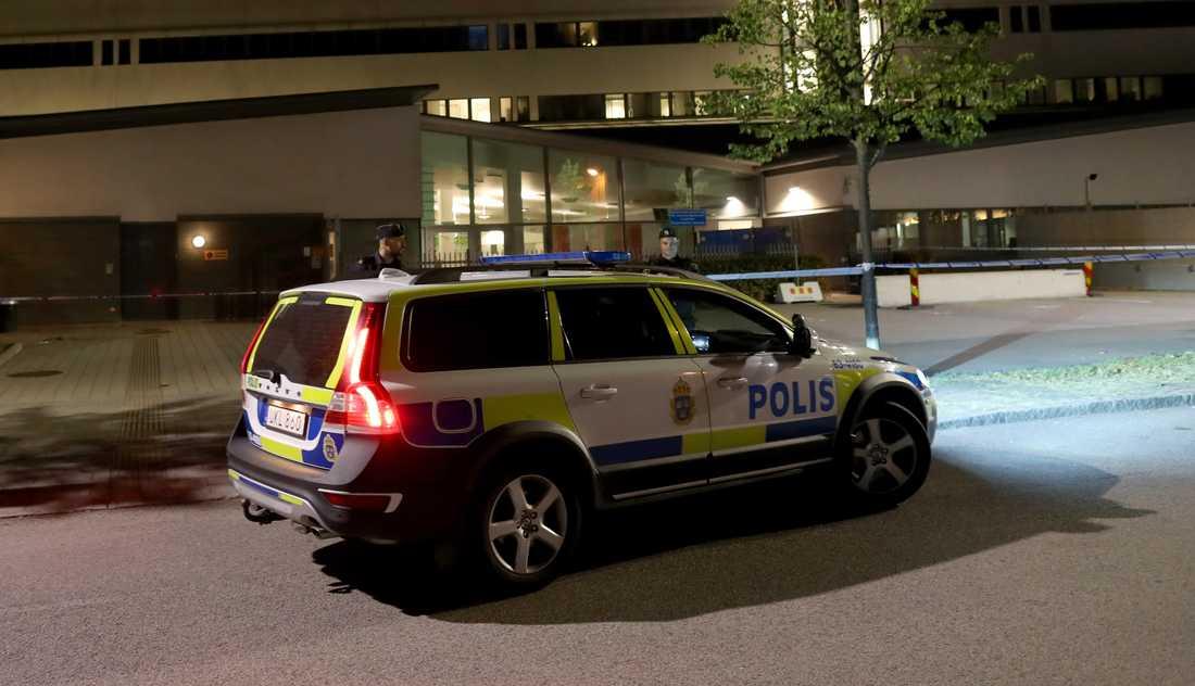 0c782194be26 Man med kniv sköts i benet av polis i Helsingborg | Aftonbladet