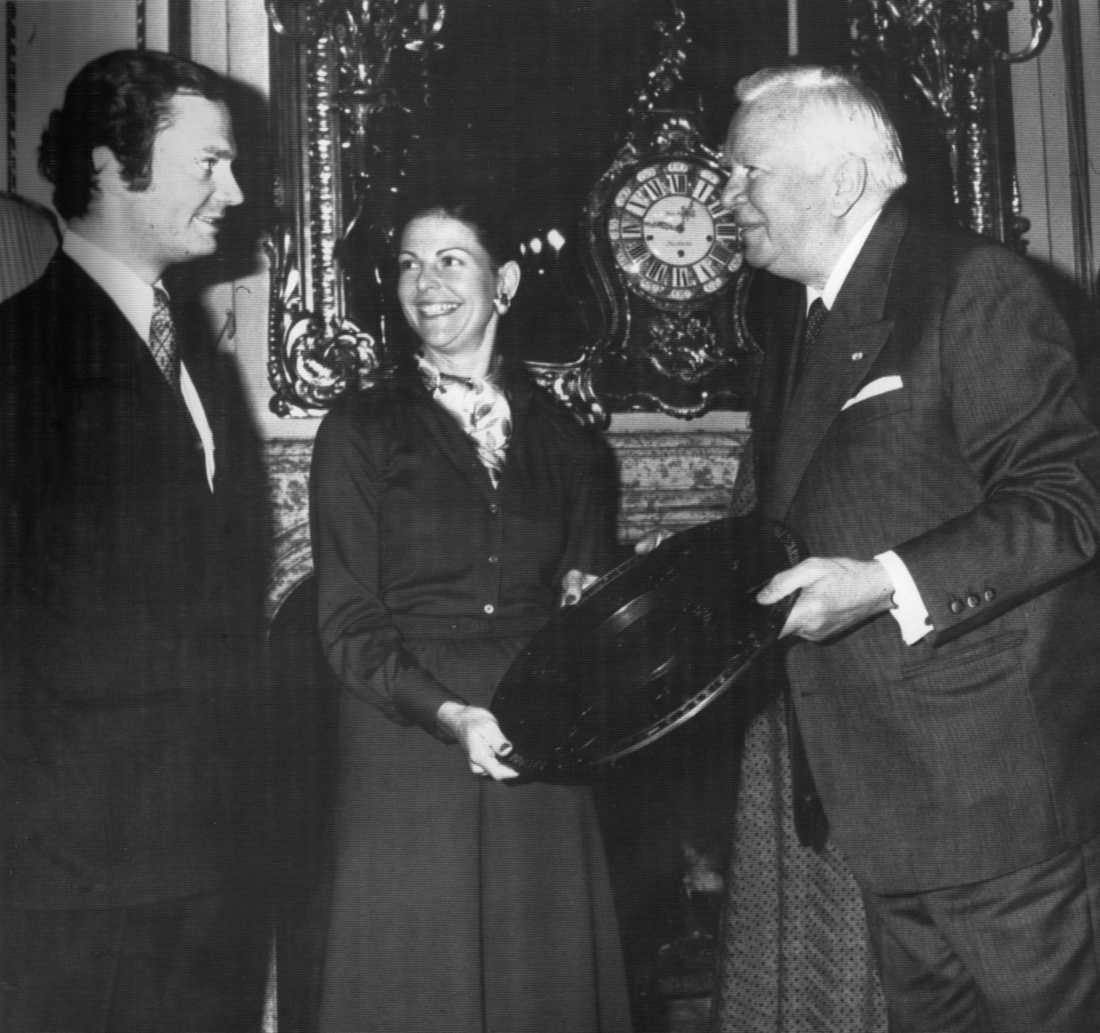 Carl XVI Gustaf, Silvia och Alois Luger, borgmästare i Innsbruck, Österrike. Drottning Silvia får en guldmedalj och ett silverfat för sina insatser under OS i Innsbruck 1972.