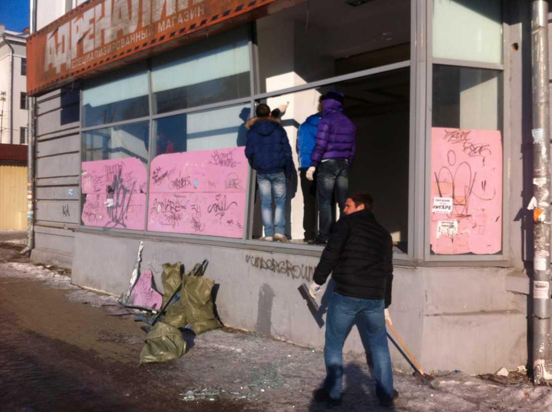 Glassplitter ligger överallt i de ryska städerna som träffades av nedslaget.