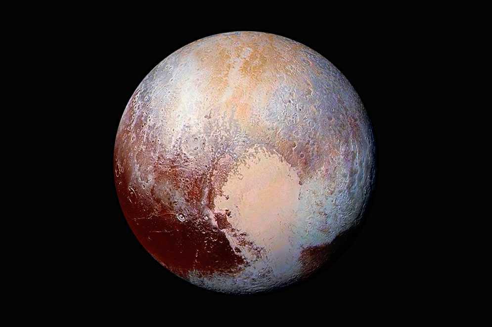 Den här nytagna bilden som offentliggjordes av Nasa på fredagen visar en kombination av bilder tagna från rymdsonden New Horizons.