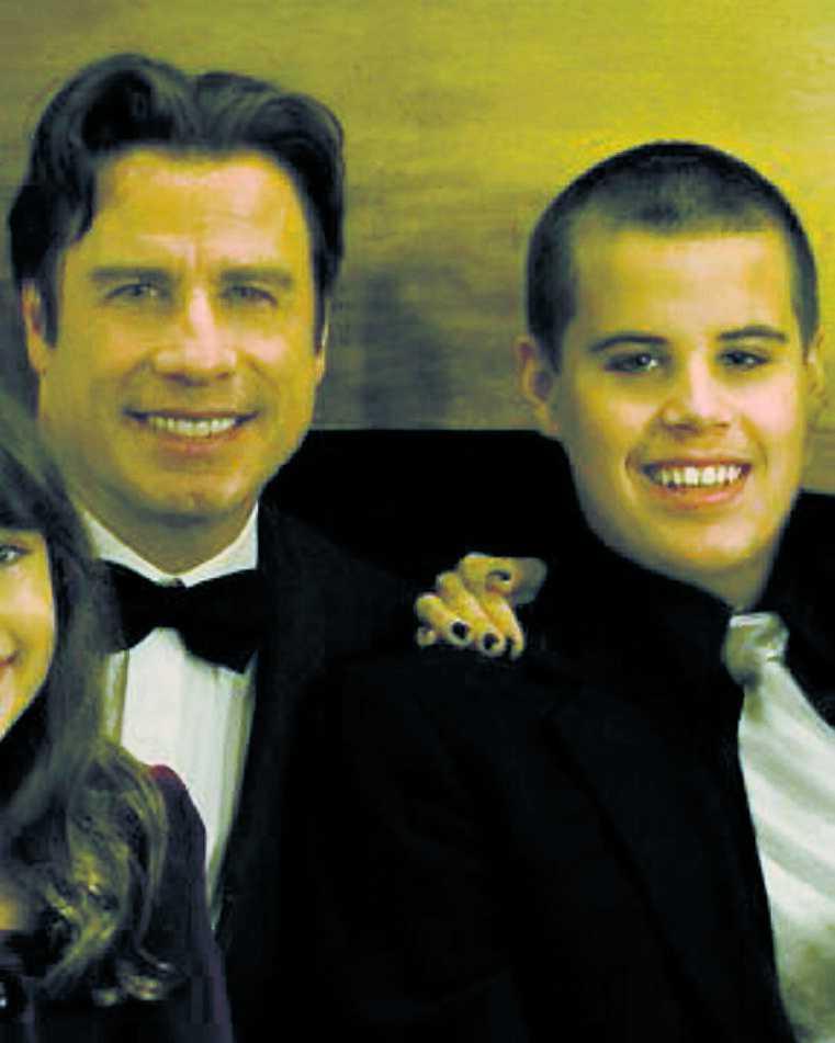 Falska rykten Utpressare hotar att sprida rykten om Travoltas sons död om inte Grease-stjärnan betalar en stor summa pengar.