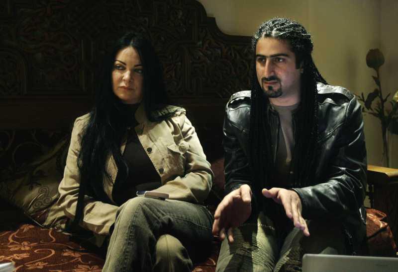 Omar bin Ladin och hustrun, brittiska Jane Felix-Browne, intervjuas i Kairo. Paret vill till England, men Omar bin Ladin nekas inresetillstånd.