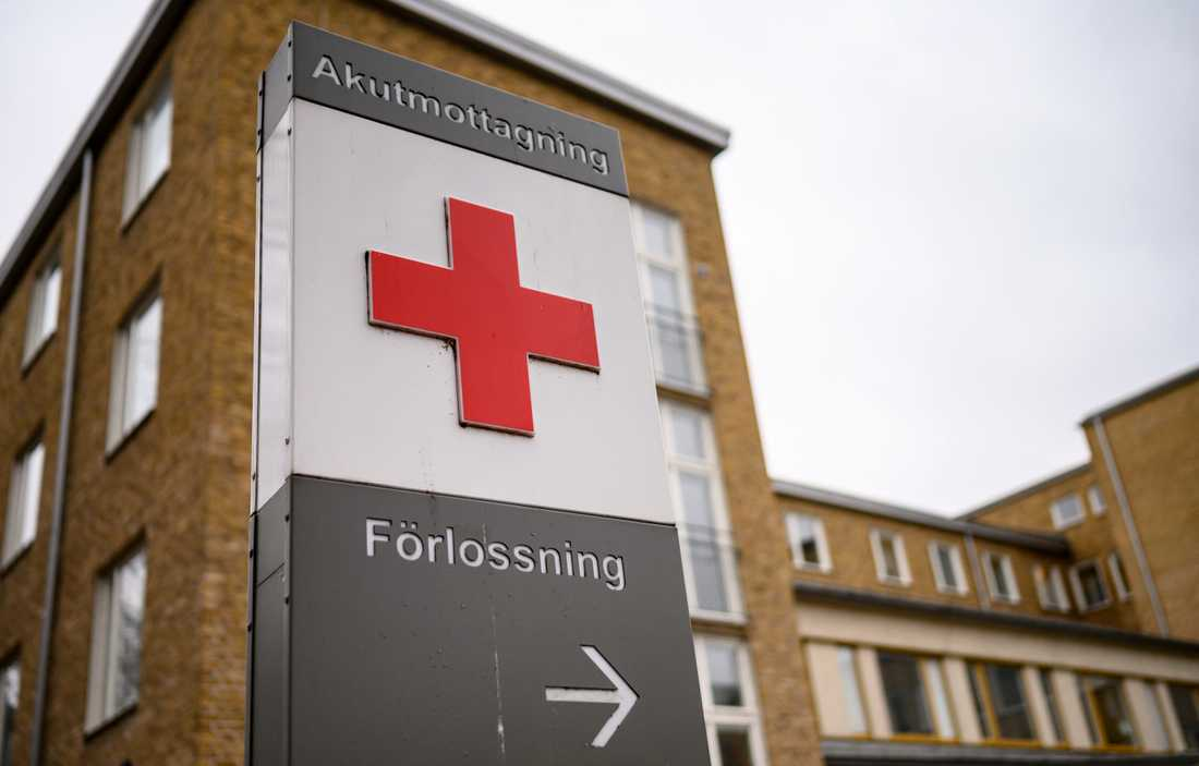 Sjuka anhöriga portas från förlossningsklinikerna. Arkivbild.
