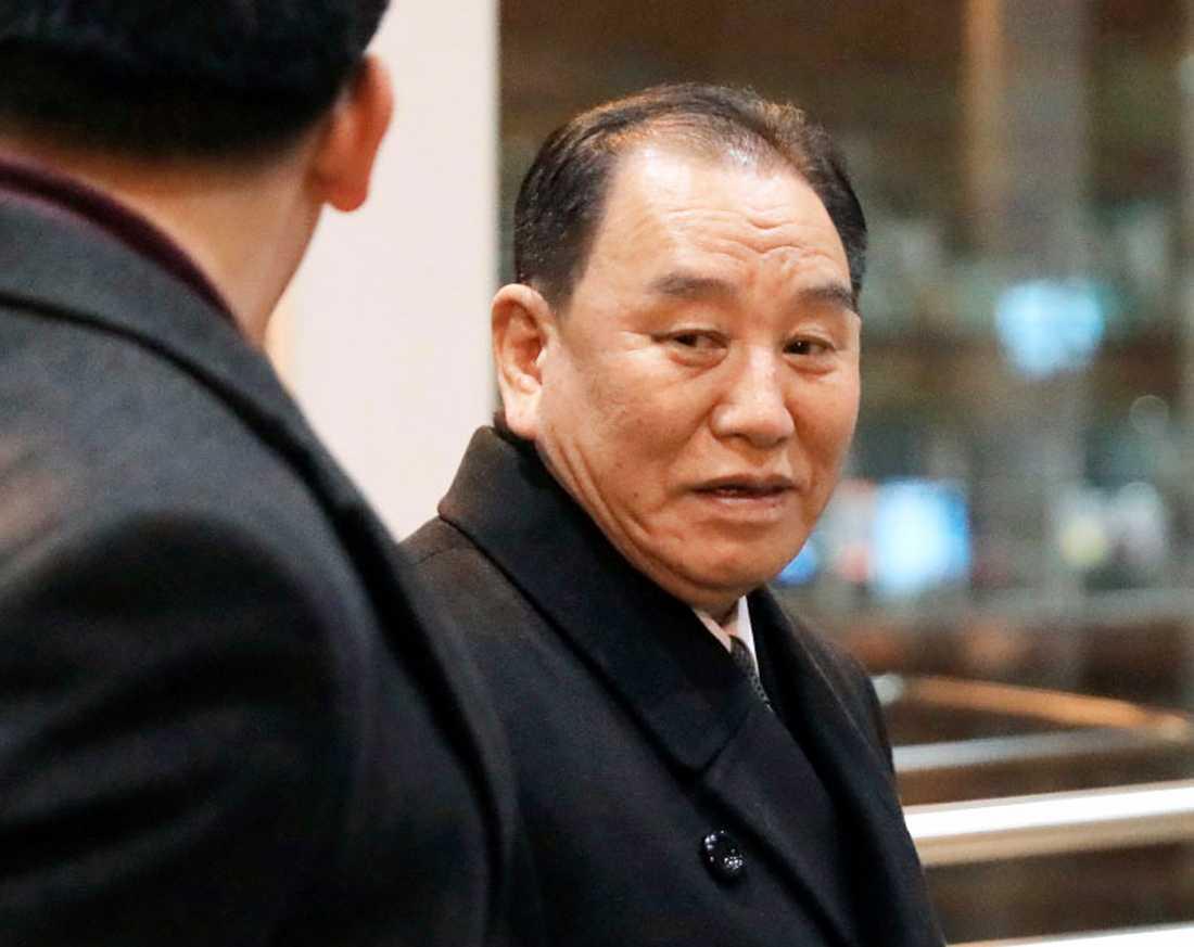 Den nordkoreanske företrädaren Kim Yong-Chol på väg att lämna flygplatsen i den kinesiska huvudstaden Peking på torsdagen, för att resa mot USA.