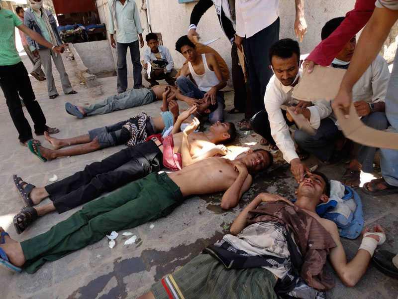 Demonstranter får behandling efter att ha andats in tårgas vid sammandrabbningar med polis i Taiz i södra Jemen.