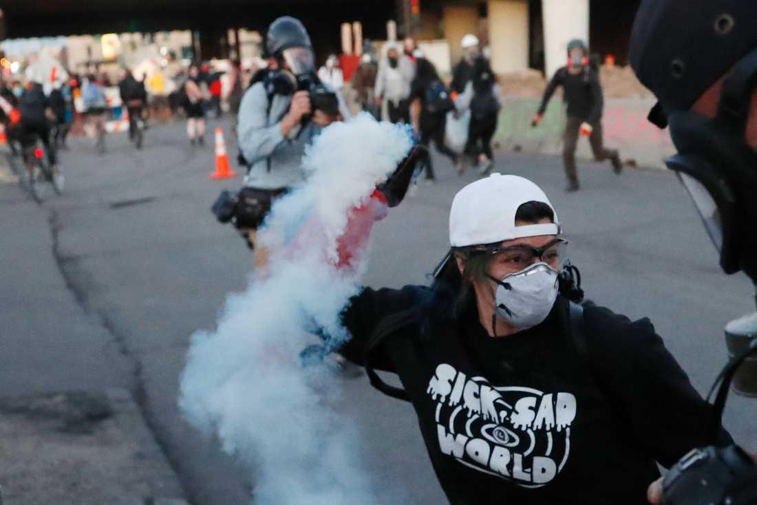 Protester i Minneapolis under lördagskvällen.