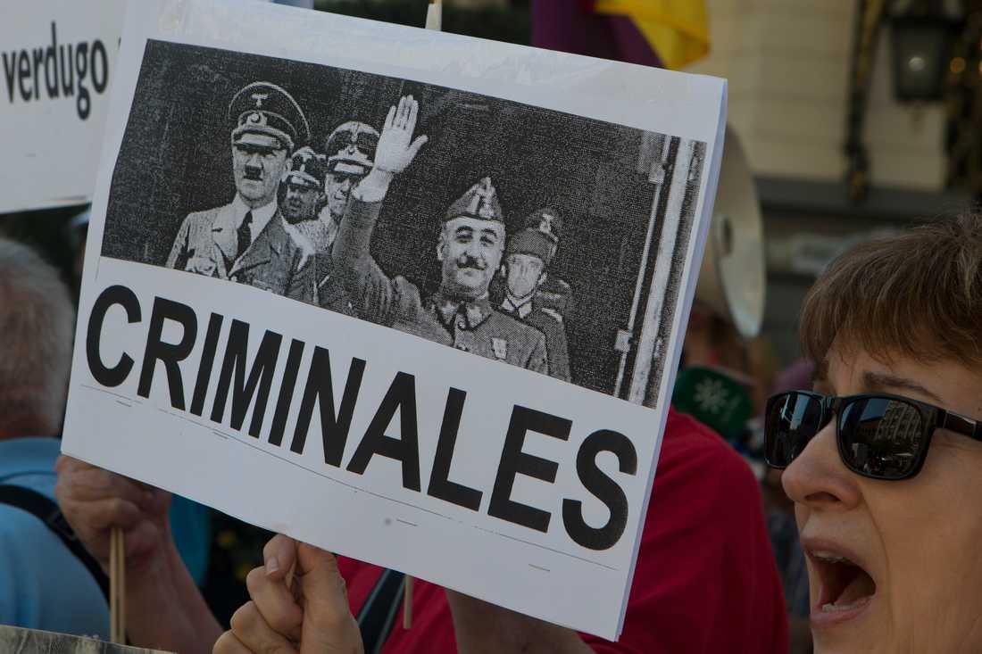 """""""Kriminella"""". En demonstrant i Madrid i september 2018 med en bild på Francisco Franco och Adolf Hitler. Arkivbild."""