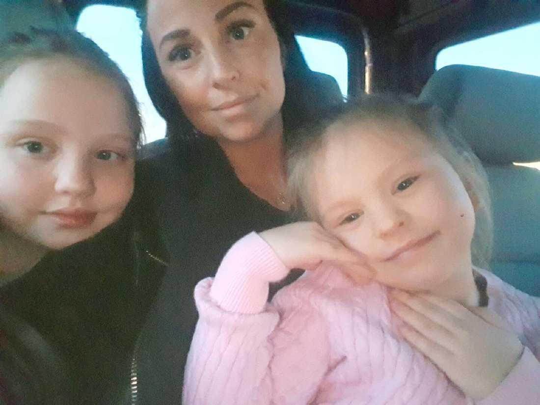 Sandra Björklund och med döttrarna Leona, 8, och Gina, 5, som ramlade ner i gatubrunn.
