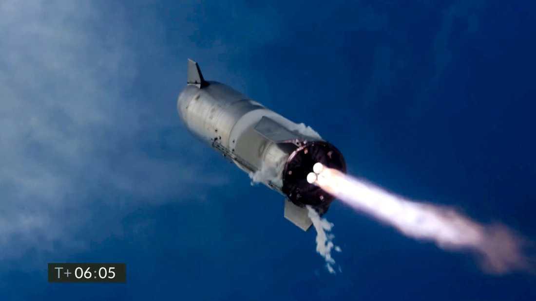 Raketen SN10 strax innan landning. Bilden kommer från en videoupptagning.