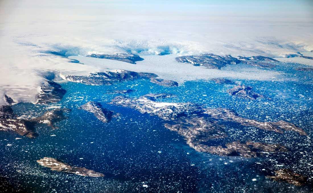 Isberg flyter i en fjord efter att ha kalvat från glaciärer i det grönländska istäcket, som täcker runt 80 procent av ön. Arkivbild.