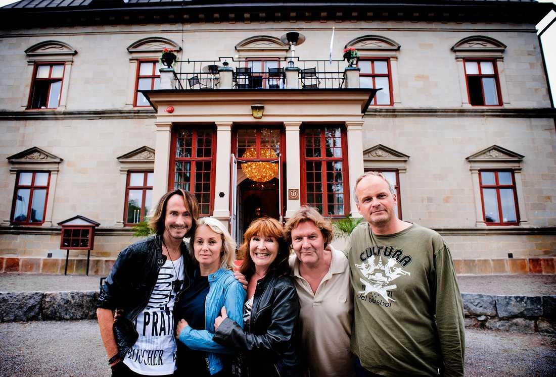 """""""Stjärnorna på slottet""""år 2011. Christer Lindarw, dragshowartist, Louise Hoffsten,, Kim Anderzon, Johan Rabaeus och Johan Rheborg  på Görvälns slott"""