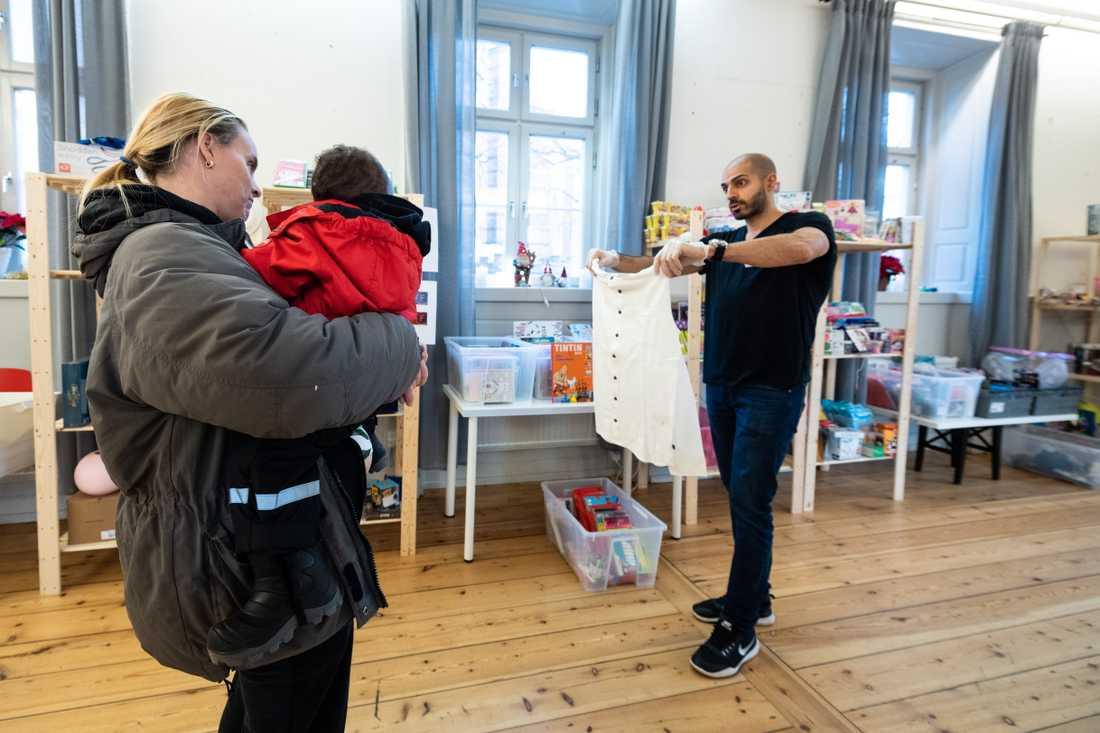"""Volontären Goran Othman agerar som """"personalshopper"""" till Mariama Johansson i Stockholms Stadsmissions julklappsbutik."""