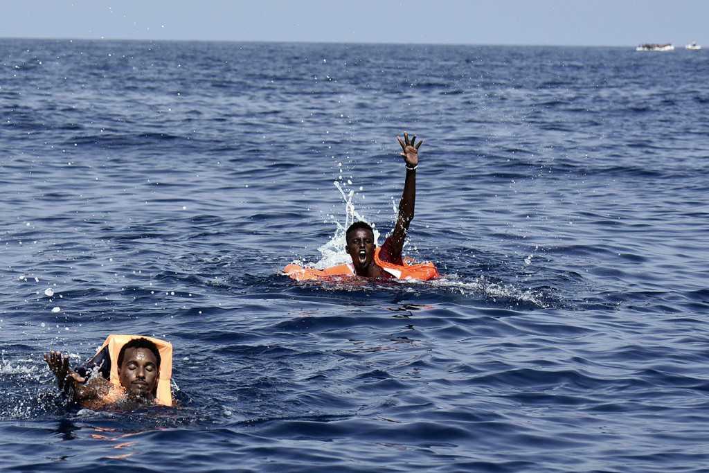Människor i havet ropar på hjälp till en båt från organisationen Proactiva Open Arms, 12 nautiska mil utanför Libyens kust.