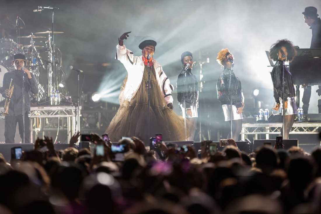 """Lauryn Hill spelar snudd på hela sin """"The miseducation of…"""" och avslutar med Fugees två största hits."""